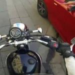 ÍGY HARCOL A MOTOROS A SZEMETELŐ AUTÓSOK ELLEN – VIDEÓ